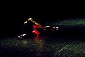 Dans (e) l'eau. Création chorégraphie et dansée par Stéphanie Fromentin. Photo : Chrissy Cheung.