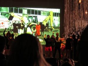 Performance des Soeurs Schmutt avec elles-mêmes, Gabrielle Surprenant-Lacasse, Claudia Chan Tak, Marine Rixhon, Anne-Flore de Rochambeau, Robin Pineda Gould et amis et artistes invités.  Photo : Michael Kovacs.