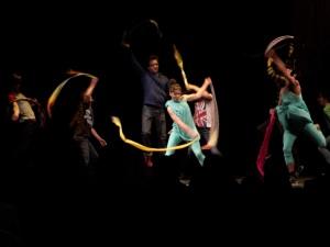 Performance chorégraphiée par Stephen Thompson avec lui-même, Ame Henderson, Clara Furey, Benjamin Kamino, Tomas Furey, Jocelyn Lebeau, Simon Portigal, Thea Patterson et  Jean-Baptiste Veyret-Logerias. Photo : Michael Kovacs.