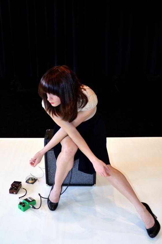 Duos pour Corps et Instruments de Danièle Desnoyers. Interprète : Karina Champoux. Photographe : Luc Sénécal.